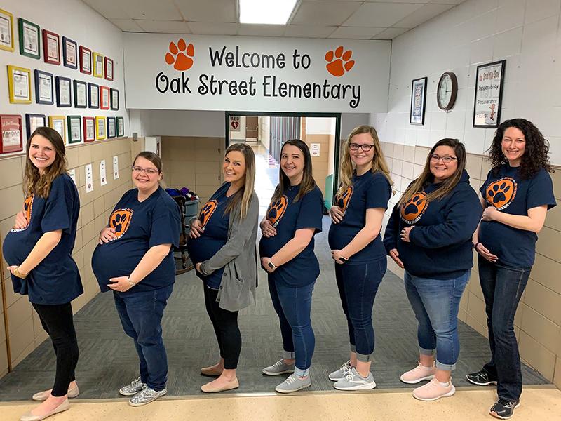 Fotó: Egyszerre 7 tanítónő vár babát ugyanabban az általános iskolában - egyiküknek ráadásul ikrei lesznek!