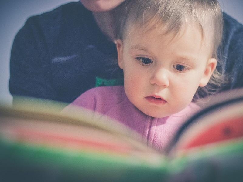 Rosszul járnak azok a gyerekek, akik nem hallanak elég mesét kicsiként - Mi mindent fejleszt a mesehallgatás?