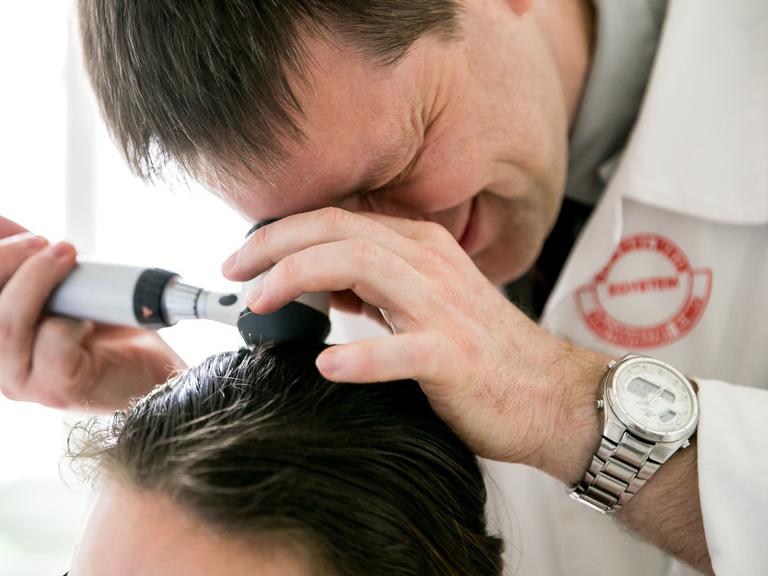 Foltos hajhullás okai, kezelése: Mikortól számít kórosnak a hajhullás? Mit lehet tenni ellene? - Szakember válaszol