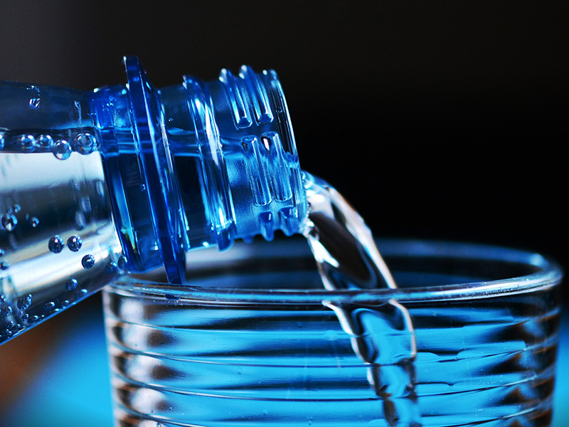 Rengeteg műanyagrészecske jut a testedbe, ha palackozott vizet iszol! - Mérgező anyagok is felszabadulhatnak belőle