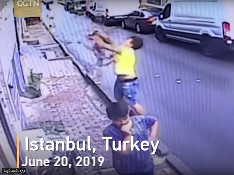 Videó: 2 éves kislány zuhant ki a második emeletről - Ez a fiú az utolsó pillanatban kapta el a gyereket!