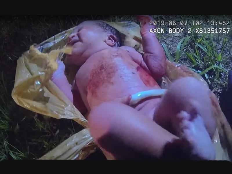 Nejlonzacskóba rejtve találtak rá egy egészséges újszülött kislányra! - Egy közelben lakó férfi lett figyelmes a sírásra