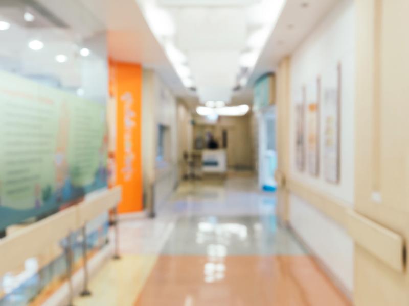 Végre normális körülmények közt pihenhetnek a beteg gyerekükkel kórházban maradó szülők? - Új pótágyak 32 kórháznak