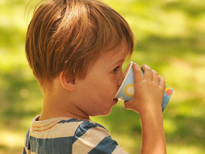 Folyadékpótlás hőségben: Ne csak vizet igyon a gyerek, ha itt a kánikula! - Gyermekgyógyász szakorvos tanácsai