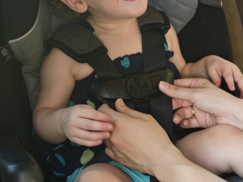 Tűző napon parkoló autóban hagyta 2,5 éves gyermekét egy an