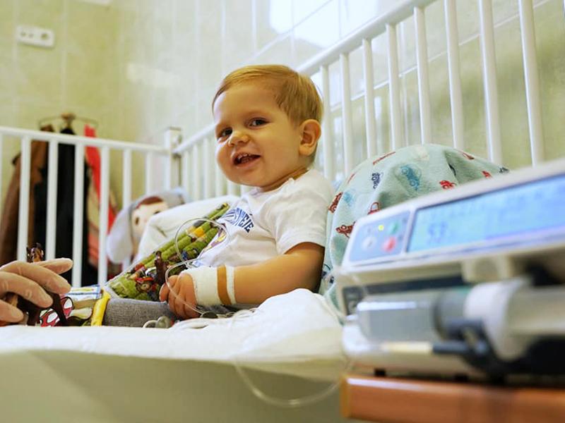 Valóra vált a család álma: a kis Zente ma megkapta a 700 millió forintos gyógyszert, melyre az egész ország gyűjtött