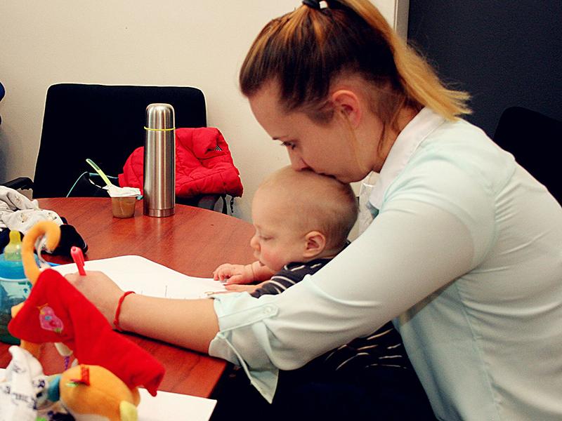 A legcukibb egyetemista: 7 hónapos kisfiával az ölében szigor
