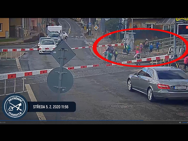 Tilos jelzésnél terelték át a kisgyerekeket egy vasúti átjárón! - A sorompó is le volt eresztve, mégis átmentek
