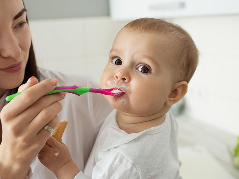 Szoptatás és hozzátáplálás: A legfrissebb ajánlások - Hozzátáplálás kezdete, ajánlott és tiltott ételek, italok