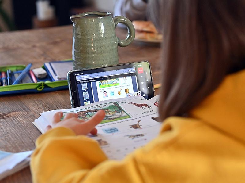 Digitális oktatás: Sok a lemaradás, a gyerekek többsége alig tanul az iskolák bezárása idején, mondja egy tanulmány
