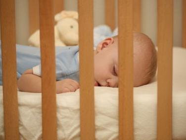 Hol aludjon a baba? A szülővel, vagy kiságyban? Pro és kontra